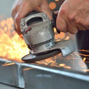 Szlifowanie — metoda mechanicznej obróbki wyrobów stalowych Wyroby ze stali nierdzewnej znajdują powszechne zastosowanie w wielu dziedzinach naszego życia, m.in. przemyśle, budownictwie, motoryzacji. Mnogość ich powszechnego użycia sprawia, że istnieje konieczność obróbki stali, a przede wszystkim jej powierzchni. Obróbka stali wykonywana jest też w celu nadania danemu elementowi odpowiednich właściwości. Jedną z metod mechanicznej obróbki wyrobów stalowych jest szlifowanie. Powstają w ten sposób m.in. rury szlifowane czy blachy szlifowane. Specyfika szlifowania Najpowszechniej stosowaną metodą wykańczania powierzchni wyrobów ze stali nierdzewnej jest mechaniczna obróbka. Zaliczamy do niej szlifowanie. Jest to obróbka polegająca na usuwaniu zbędnego materiału przy pomocy odpowiednich narzędzi ściernych. Szlifowanie może odbywać się m.in. na otworach, wałkach czy płaszczyznach. Po usunięciu cienkiej warstwy metalu uzyskujemy odpowiedni kształt, dokładność wymiarową i oczekiwaną chropowatość powierzchni. Ostateczny efekt szlifowania zależy nie tylko od sposobu wykonywania prac czy zastosowanych narzędzi, ale również innych czynników. Zaliczamy do nich m.in. specyfikę obrabianego materiału (gatunek stali), typ ścierniwa (czyli materiał podkładu, wielkość, kształt i twardość ziaren), sposób utrzymywania ścierniwa (taśma, krążek lub pasta), ilość wykonanych operacji wykończeniowych, umiejętności osoby wykonującej czynność. Szlifowanie stali nierdzewnych wymaga odpowiednich umiejętności i przestrzegania określonego rygoru technologicznego. Niezbędne jest zachowanie kwasoodporności danego elementu, dlatego też podczas całego procesu muszą być stosowane właściwe materiały szlifierskie niezawierające wtrąceń żelaza. Nie należy używać również materiałów, które wcześniej stosowane były do stali niestopowej. Podczas obróbki stali nierdzewnej obrabiana powierzchnia powinna być utrzymywana w jak najniższej temperaturze, najlepiej ok. 3-krotnie niższej niż w przypadku stali węglow